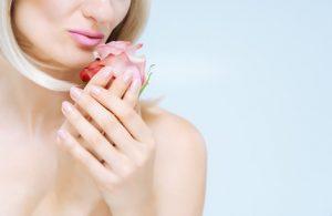 Wenn die Pilzinfektion nicht allzu schlimm ist, kann sie auch mit Nagellack behandelt werden.